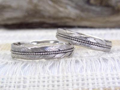 ミル打ち 羽根モチーフの結婚指輪