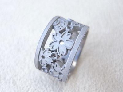 春夏秋冬を透かし模様で表現した婚約指輪 01
