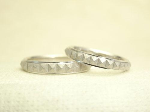 ピラミッドスタッズ柄の結婚指輪 01