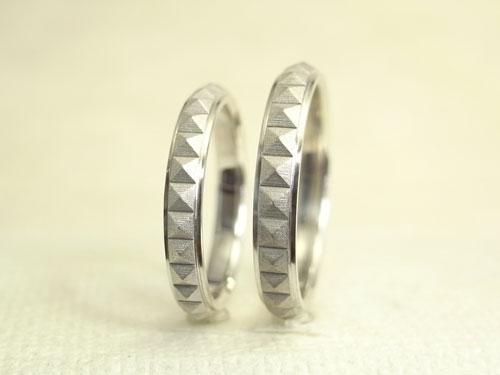 ピラミッドスタッズ柄の結婚指輪 02