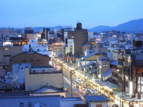 京都でビアガーデン 四条通りの様子