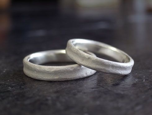 手作り風の陶器のような結婚指輪