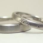 花柄の入ったシンプルな結婚指輪