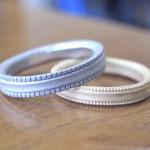 十字架の柄が入った結婚指輪と馬蹄柄の結婚指輪