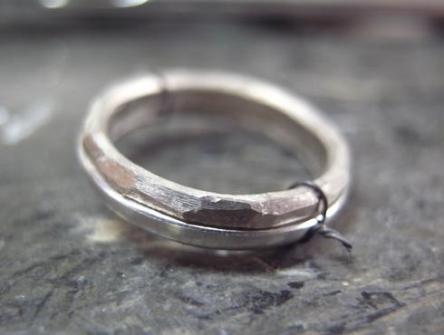 カラゲ線で固定した指輪