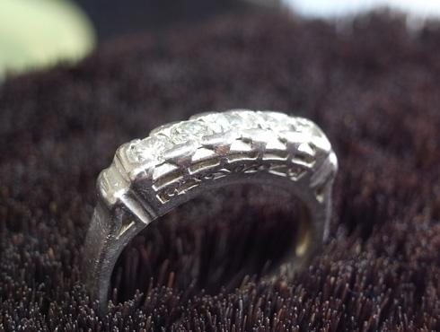 このダイヤを使用するため、お客さまからお預かりした指輪