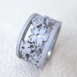 春夏秋冬を透かし模様で表現した婚約指輪