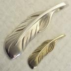羽モチーフのペンダント(結婚指輪の代わりとして)