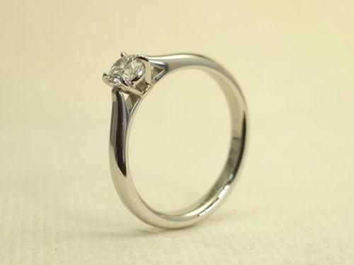 ラウンドのダイヤを留めたシンプル&ベーシックな婚約指輪