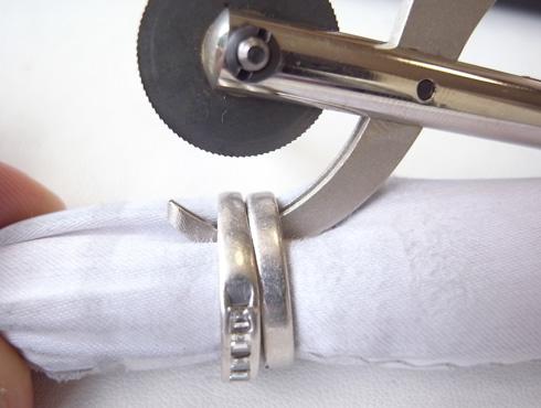抜けなくなった結婚指輪を修理とサイズ直し01