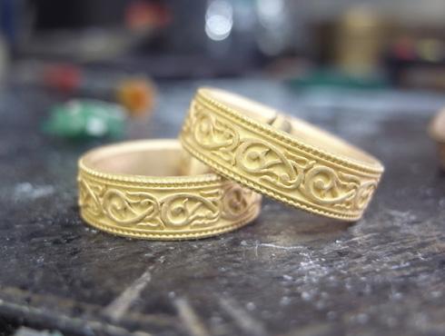 アンティーク調(唐草、ミル打ち)の結婚指輪 02