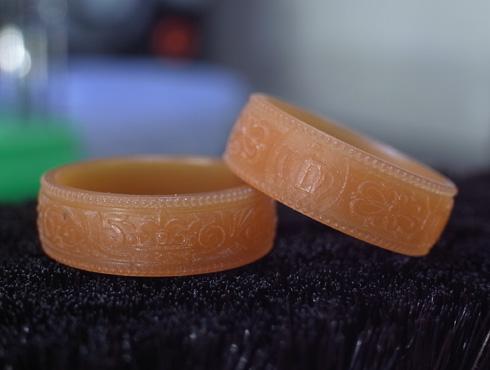 王冠を使った結婚指輪のワックス