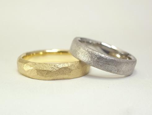 槌目模様の結婚指輪