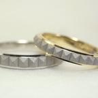 コンビのピラミッドスタッズ柄の結婚指輪(18K/Pt900)