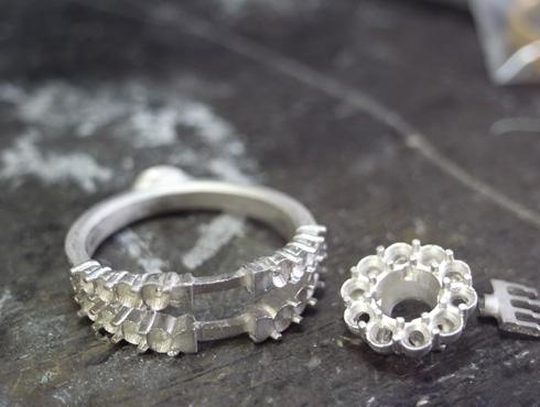 製作中のダイヤ取り巻きリング