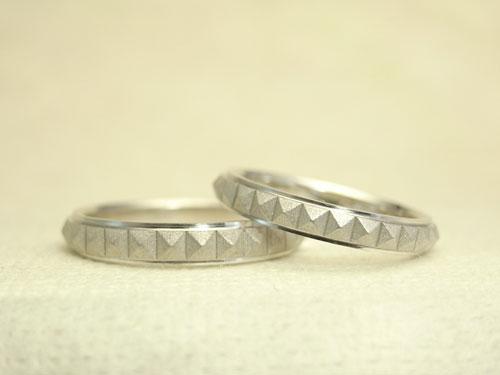 ピラミッドスタッズ柄の結婚指輪 プラチナ