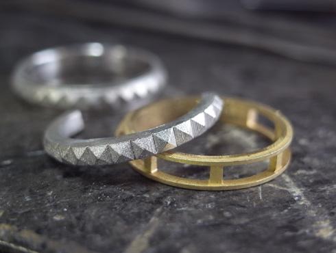 ピラミッドスタッズ柄の結婚指輪 キャスト上がり