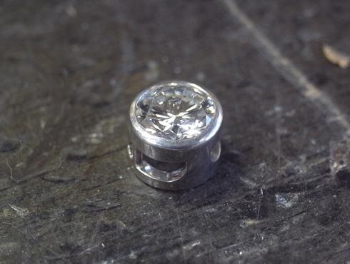 シンプルなダイヤペンダント 02