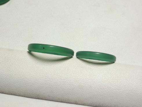 表面は平らですが、側面は半円の結婚指輪 ワックス