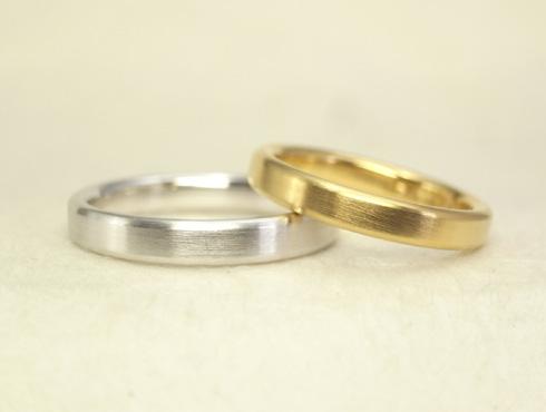 表面は平らですが、側面は半円の結婚指輪