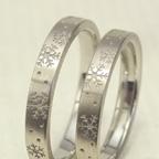 舞っている雪の結晶を表現した結婚指輪