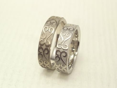 お客様の描いた唐草柄を彫刻した結婚指輪 01