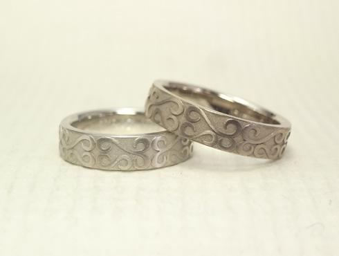 お客様の描いた唐草柄を彫刻した結婚指輪 03