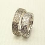 お客様の描いた唐草柄を彫刻した結婚指輪