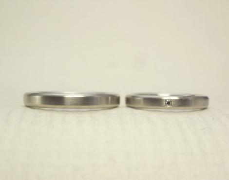 シンプルだけどこだわりのある結婚指輪 02