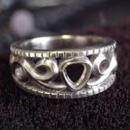 透かしの唐草模様を入れた指輪
