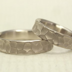 幅の太い槌目風の結婚指輪(ホワイトゴ-ルド)