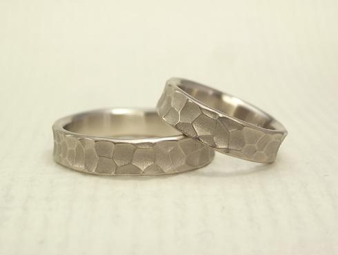 幅の太い槌目風の結婚指輪 ホワイトゴ-ルド 01