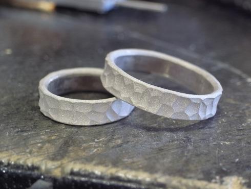 幅の太い槌目風の結婚指輪 製作過程 02