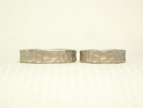 幅の太い槌目風の結婚指輪 ホワイトゴ-ルド 02