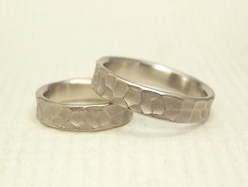 幅の太い槌目風の結婚指輪 ホワイトゴ-ルド 04