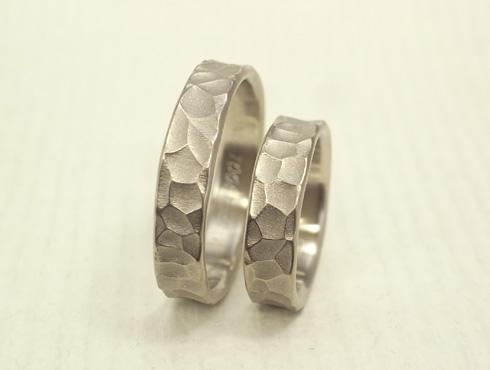 幅の太い槌目風の結婚指輪 ホワイトゴ-ルド 05