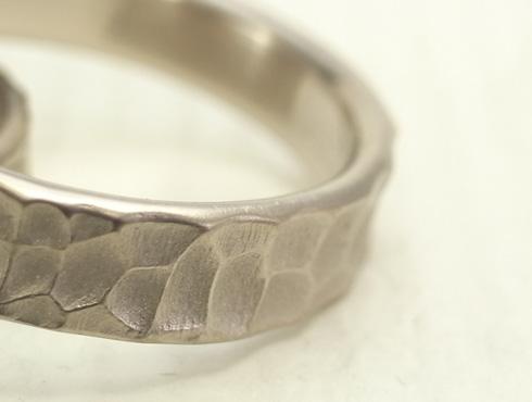 幅の太い槌目風の結婚指輪 拡大画像