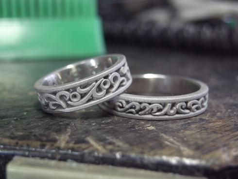 透かしで唐草模様を表現した結婚指輪