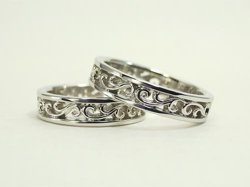 透かし模様の唐草で お二人のイニシャルを表現した結婚指輪