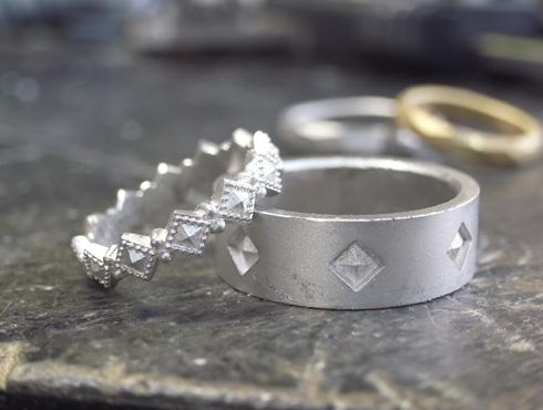 ピラミッドスタッズ柄の結婚指輪のキャスト上がり