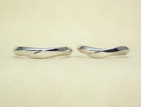 シャープ感のあるV字ラインの結婚指輪