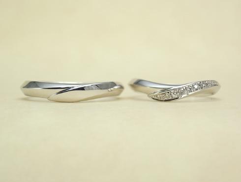 シャープ感のあるV字ラインの結婚指輪 ダイヤ付き