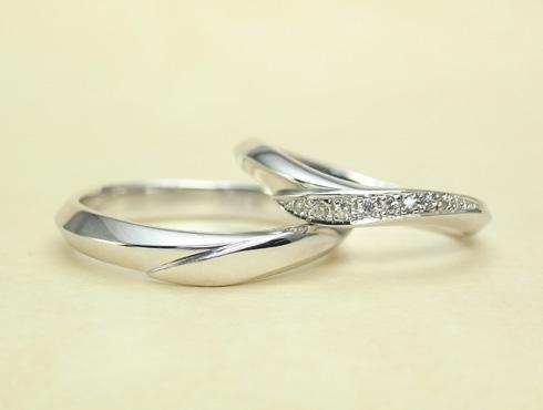 シャープ感のあるV字ラインの結婚指輪 ダイヤ付き 02