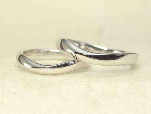 柔らか味のあるV字ラインの結婚指輪 02