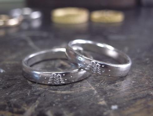 クリスマスツリーを彫刻した結婚指輪 03