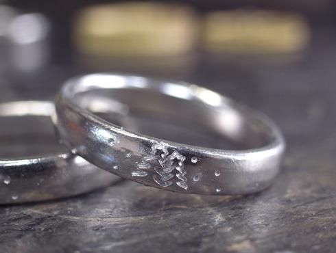 クリスマスツリーを彫刻した結婚指輪 04