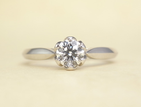 石枠に透かし模様を入れたエンゲージ(婚約指輪) 02