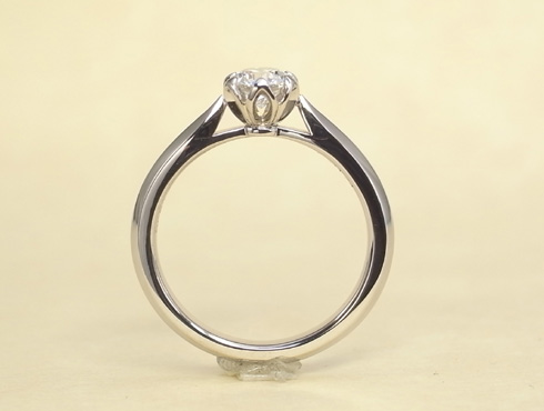 石枠に透かし模様を入れたエンゲージ(婚約指輪) 04