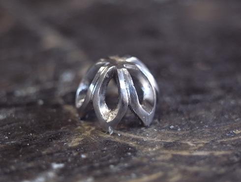 石枠に透かし模様を入れたエンゲージ(婚約指輪) 07