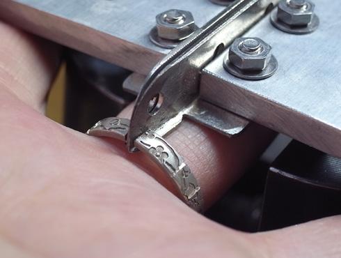 外れなくなった指輪の切断の際に使う工具 05